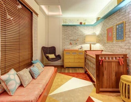 Modelo de persiana de madeira para quarto infantil combinando com a decoração