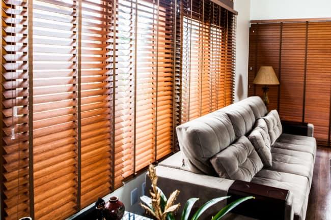 Modelo de persiana na sala em tons amadeirados