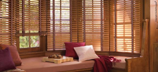Modelos de persianas de madeira na sala deixando a decoração ainda mais viva