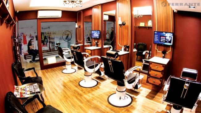 O visual da barbearia deixa o cliente com a sensação de estar em outro lugar