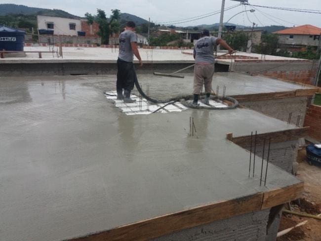Para construções menores apenas dois ajudantes são suficientes para realizar o trabalho de assentamento