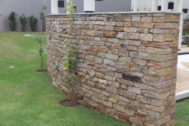 Pedra madeira amarela em muro