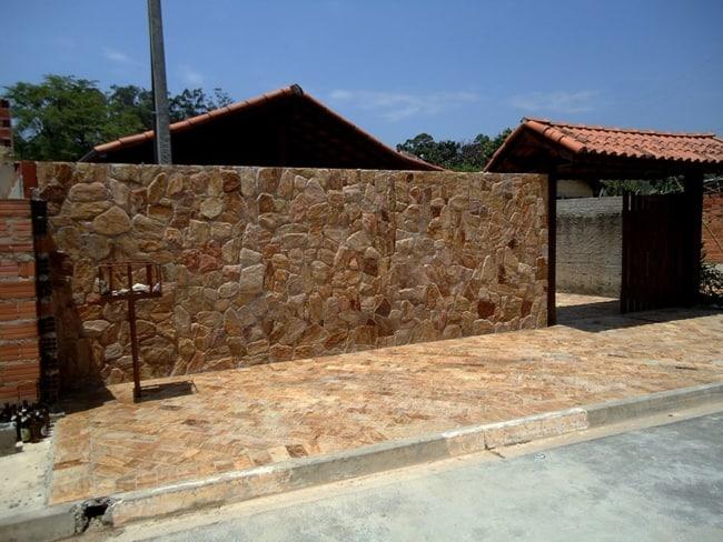 Pedra madeira amarela em muros