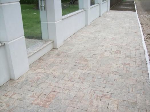 Pedra madeira rosa em calçada