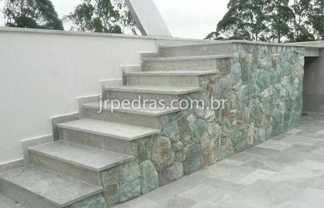 Pedra madeira verde no muro