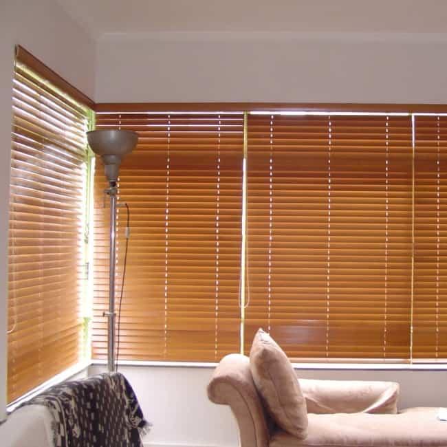 Sala com persianas de madeira