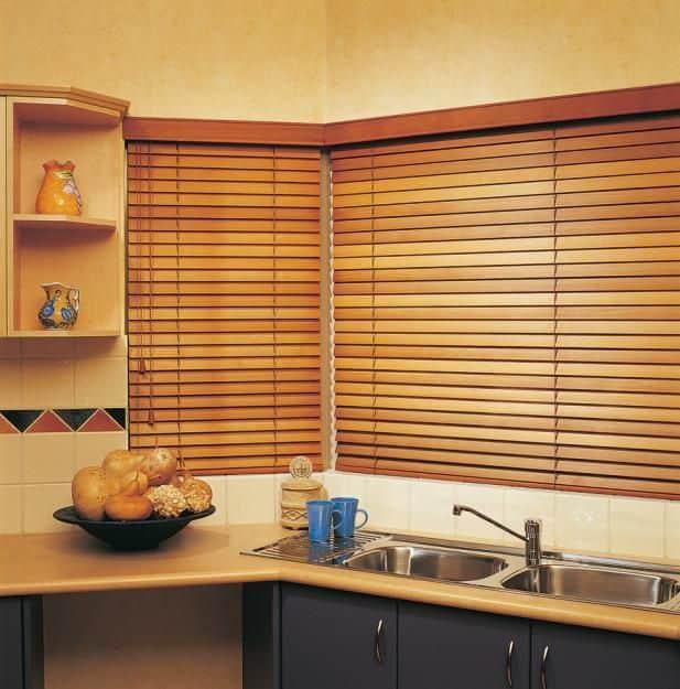 Persiana de madeira combiando com a bancada da cozinha 1