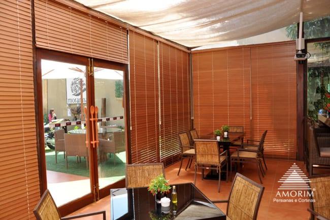 Persianas de madeiran combinando com os móveis e os pisos