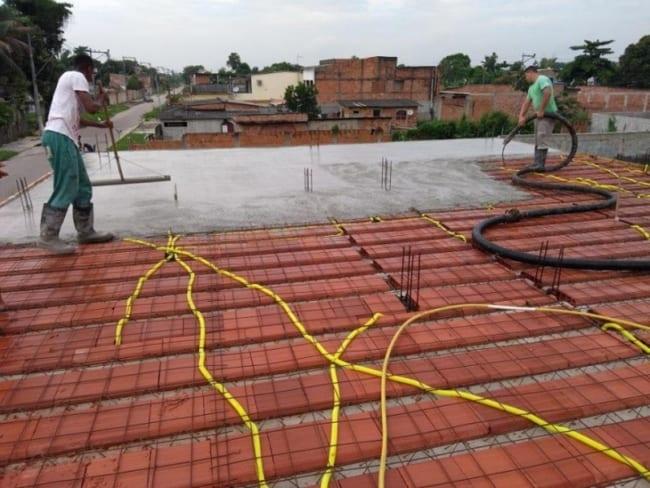 Usar o rodo de PVC para espelhar o concreto
