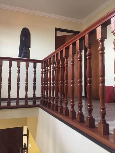 balaústre de madeira em varanda