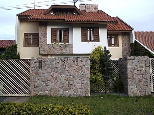casa com Pedra madeira rosa