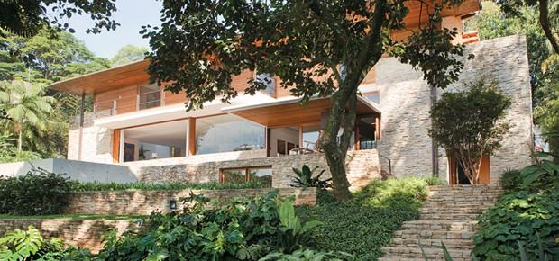 casa com Pedra madeira verde