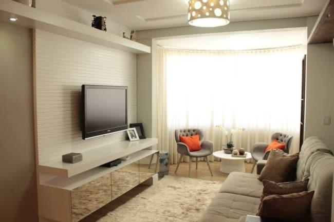 cortina bege transparente com sofa