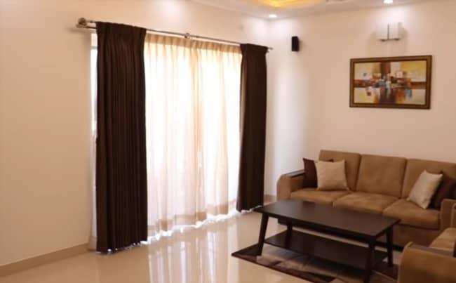 cortina marrom e bege na sala de estar 1