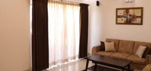 cortina marrom e bege na sala de estar