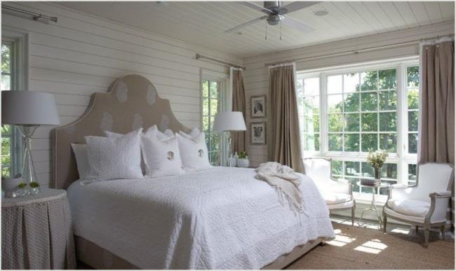 cortina marrom em quarto branco
