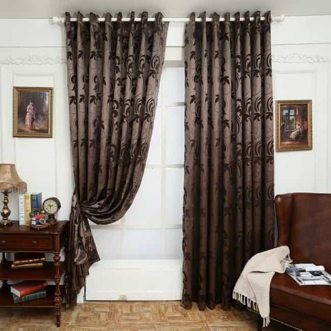 cortina marrom estampada em sala de estar