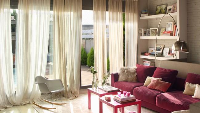 cortina marrom transparente em sala