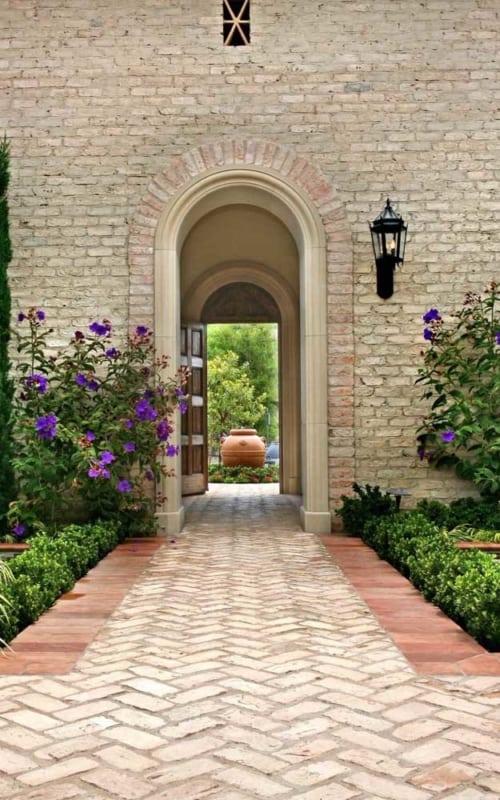 jardim decorado com manacá da serra