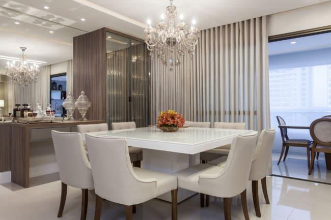 sala de jantar com cortina bege
