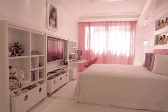 quarto de menina com cortina de voal rosa