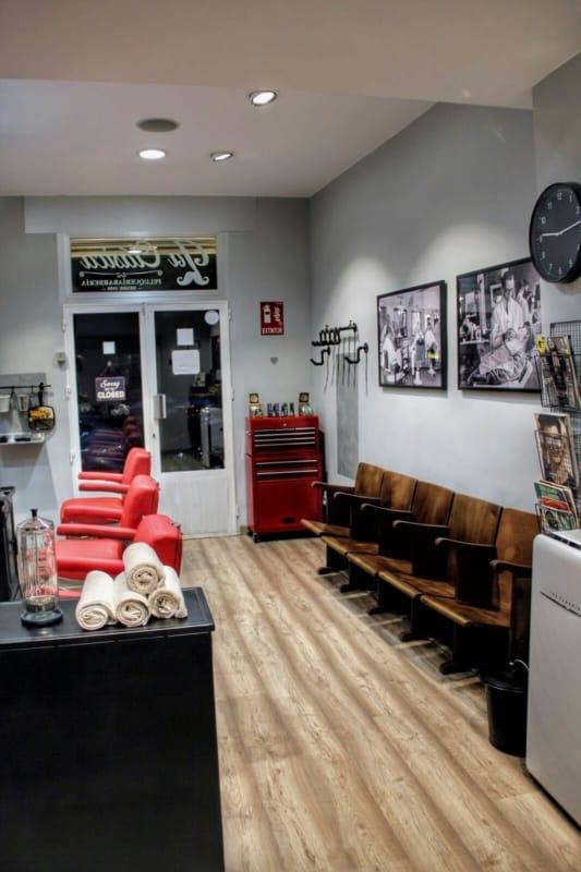barbearia com cadeiras em couro vermelho