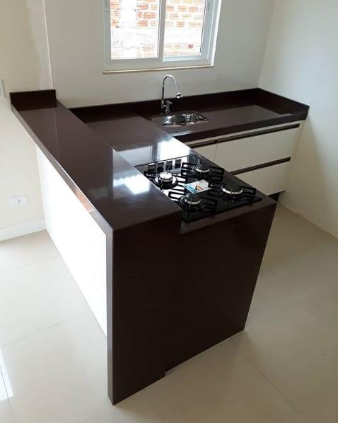 cozinha planejada com bancada de granito marrom absoluto