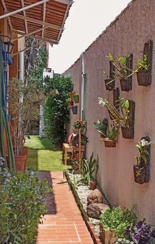 muro externo chapiscado e pintado com jardim vertical