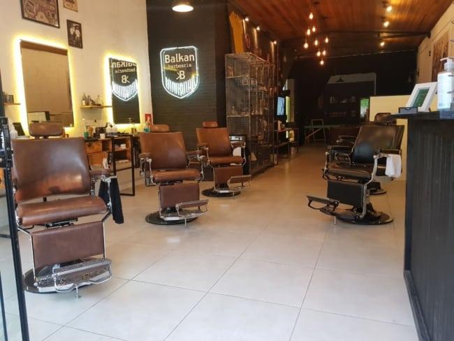 barbearia com poltronas de couro marrom