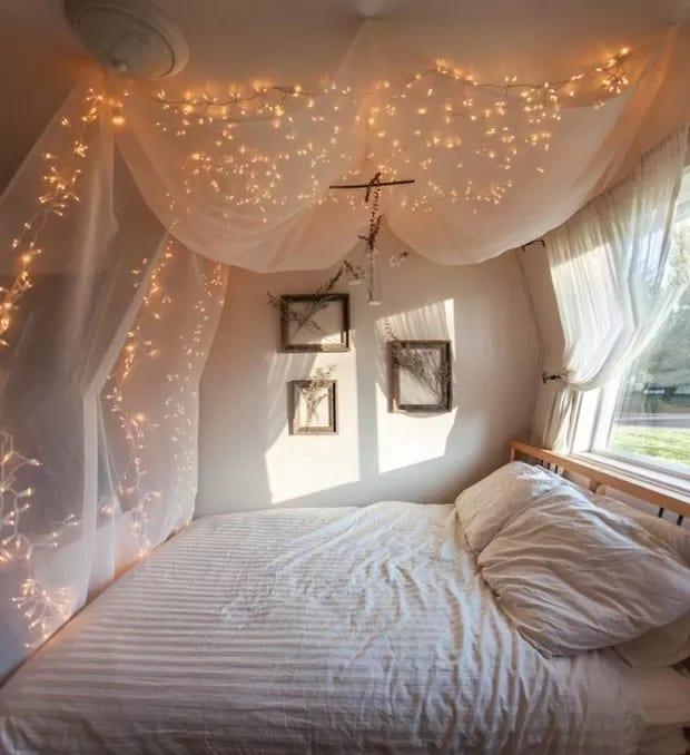 quarto com dossel na cama e cortina de luzes de led