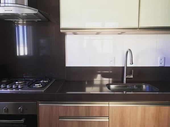 rodabanca para cozinha em granito marrom absoluto