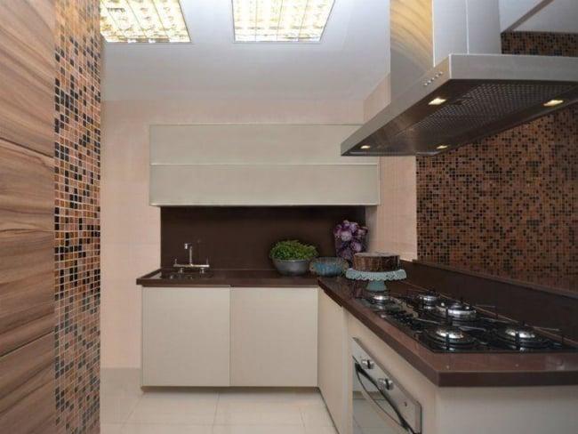 cozinha em tons de marrom com granito