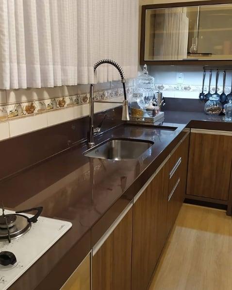 bancada de cozinha marrom