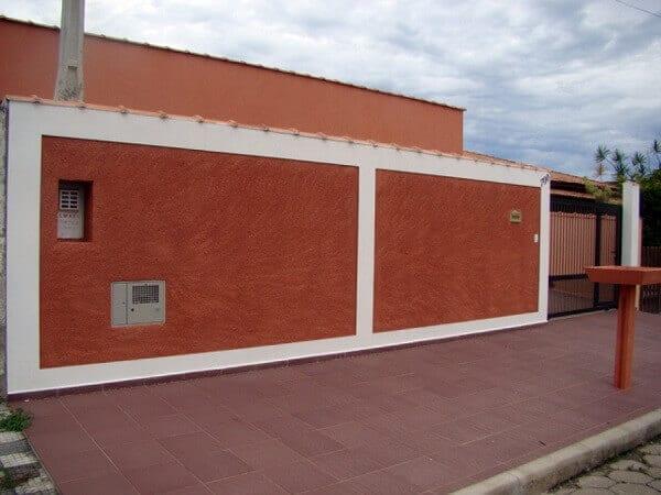 casa com muro com chapisco pintado