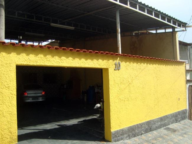 fachada com muro amarelo chapiscado