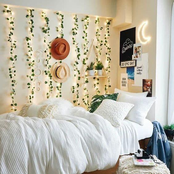 quarto com cortina de led e folhas artificiais