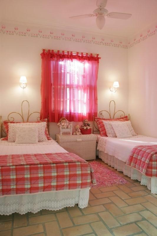 quarto infantil com cortina de voal pink