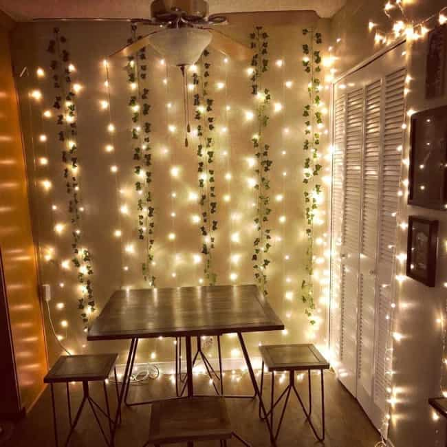 sala de jantar com cortina de led nas paredes
