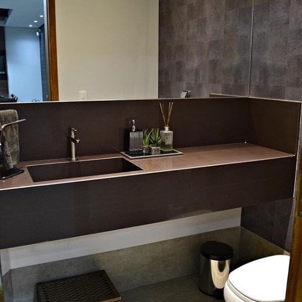 lavabo com bancada e cuba esculpida em granito marrom