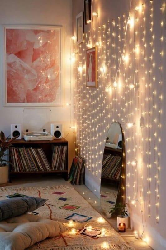 parede da sala decorada com luzinhas de led