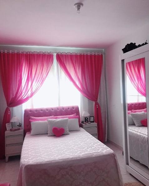 quarto com cortina de voal pink