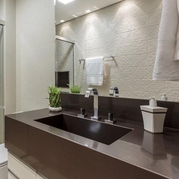 bancada de banheiro com granito marrom absoluto