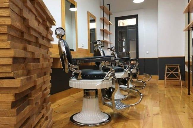 barbearia decorada com itens em madeira