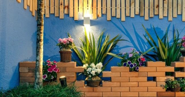 muro com chapisco azul e decorado com plantas