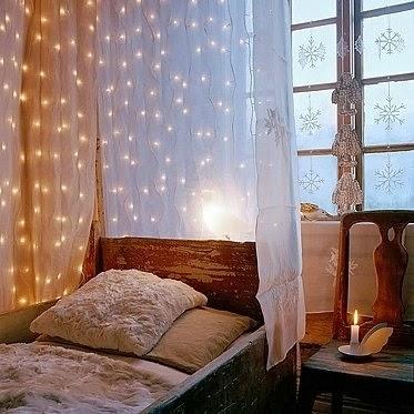quarto rústico com luzinhas de natal