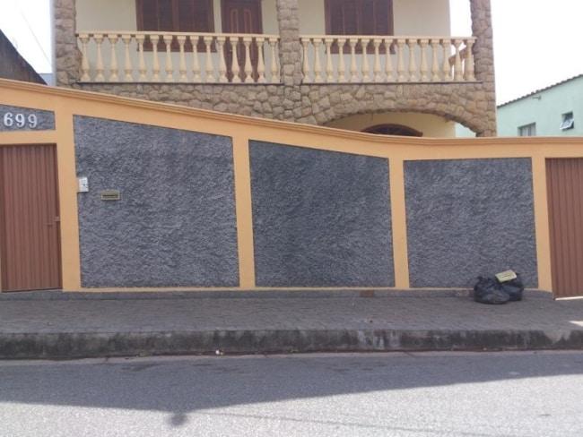 fachada de sobrado com muro chapiscado