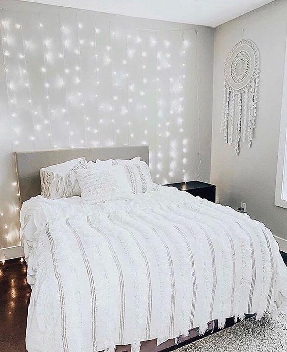 parede do quarto decorada com luzinhas de led