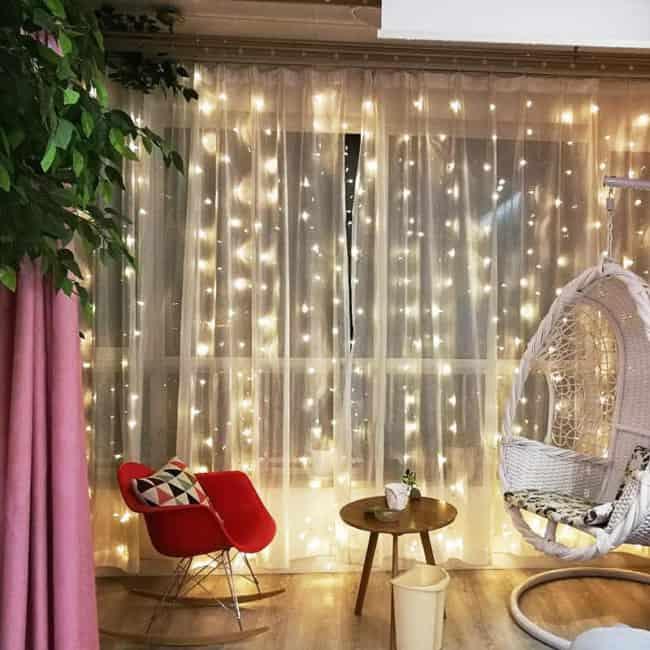 cortina de tecido com luzinhas na decoração