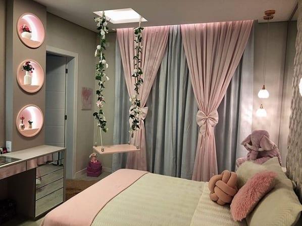 quarto decorado com cortina rosa e cinza