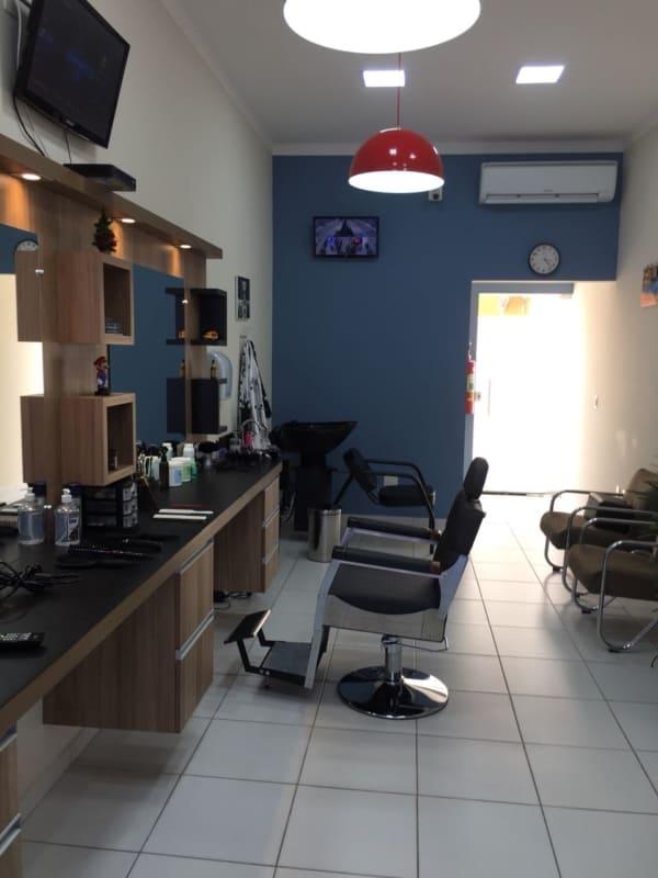 barbearia simples decorada com parede azul